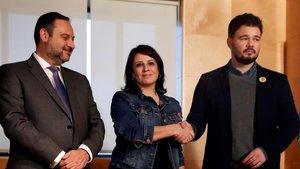 La portavoz parlamentaria del PSOE, Adriana Lastra, y el de ERC, Gabriel Rufián, se dan la mano, junto al secretario de Organización socialista, José Luis Ábalos, el jueves.