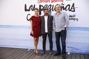 Laia Costa, Alberto Rodriguez y Jean Reno, durante la presentación del anuncio Estrella Damm del verano 2016.