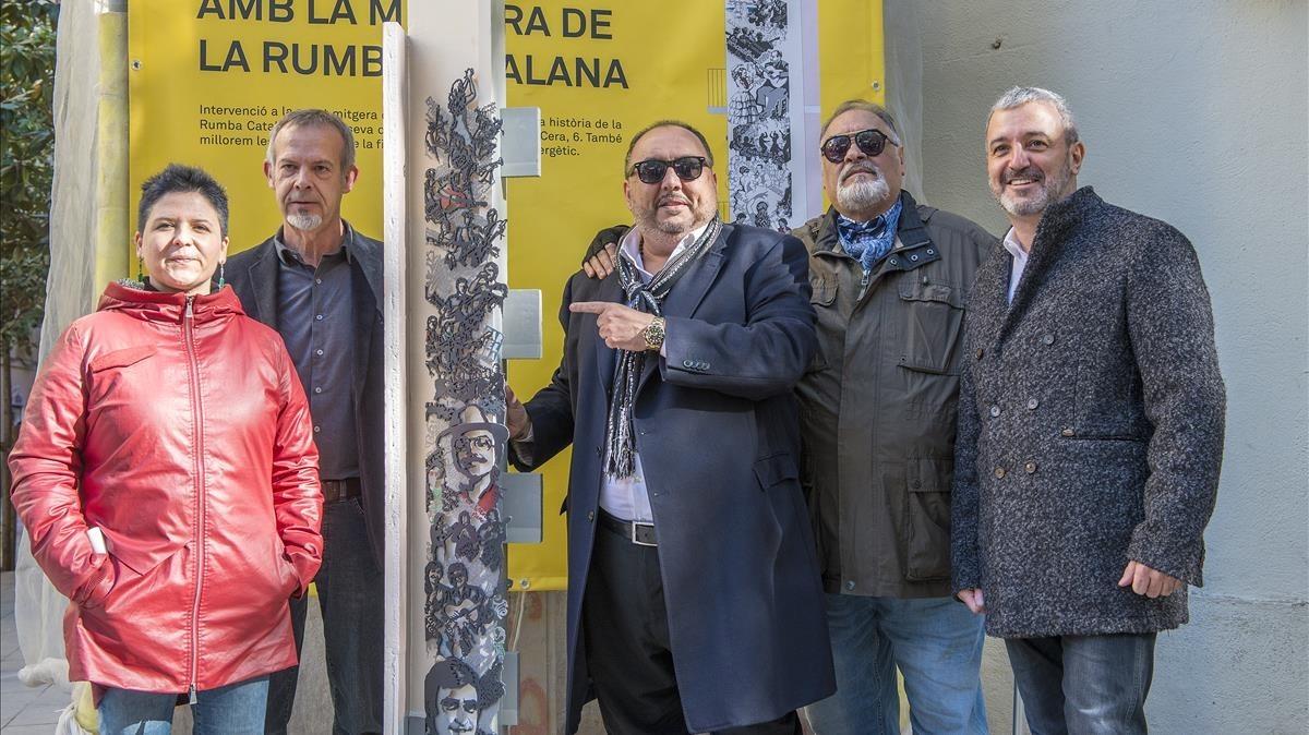 De izquierda a derecha, la concejala de Ciutat Vella, Gala Pin, el escultor Luis Zafrilla, los rumberos Petitet y Oncle Manel, y el segundo teniente de alcalde de Barcelona, Jaume Collboni, durante la presentación del homenaje a la rumba catalana