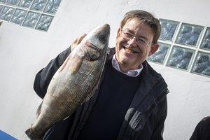 El presidente valenciano, Ximo Puig, en su visita a la cofradía de pescadores de El Palmar enL'Albufera.