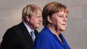 El primer ministro británico, Boris Johnson, y la cancillera alemana, Angela Merkel, en un encuentro en Berlín el pasado agosto.