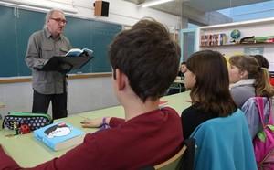 El profesor August García, dirigiendo con sus alumnos una lectura de 'Wonder' en la escuela El Castellot de La Múnia.