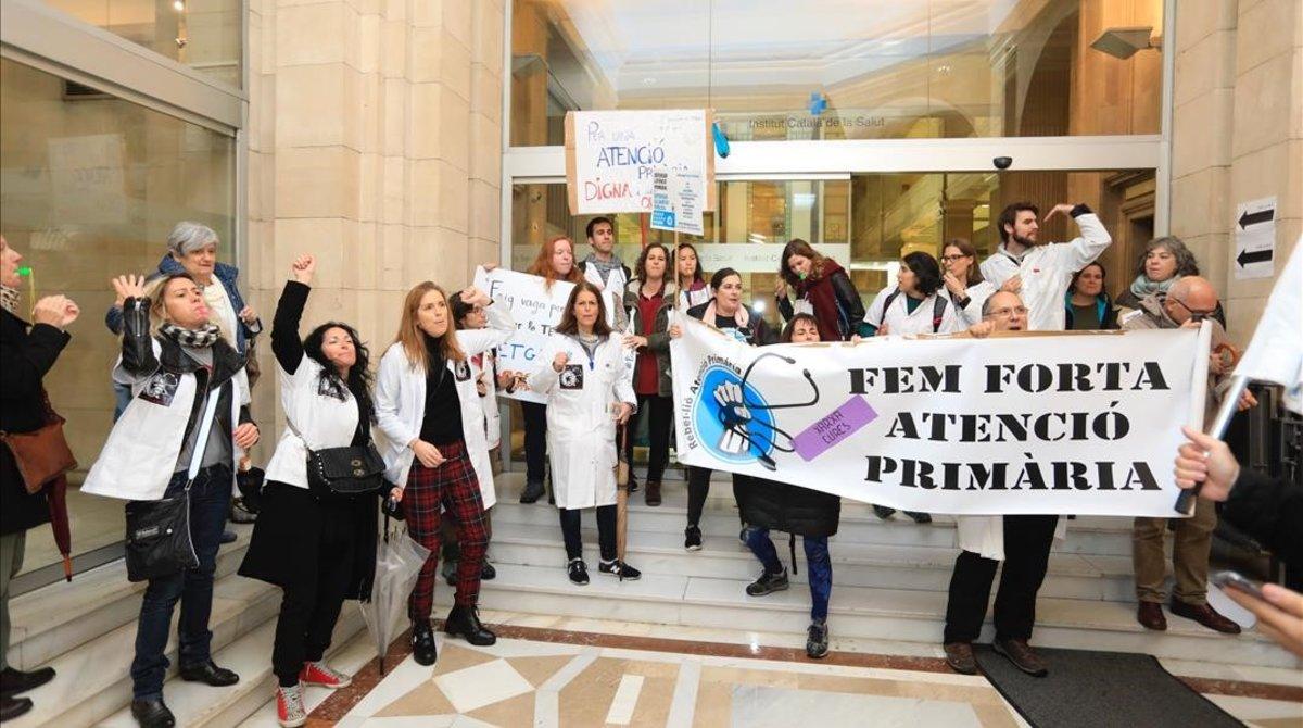 Protesta de médicos de atención primaria en la sede del ICS.