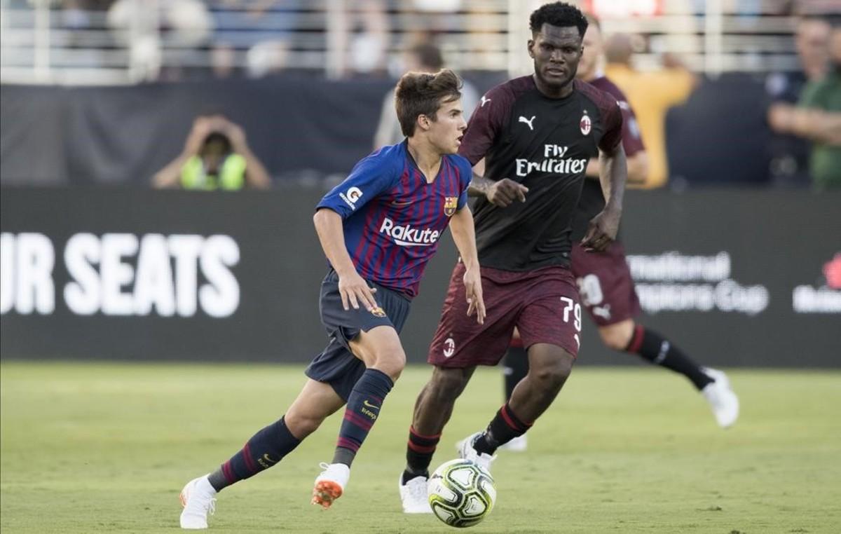 Puig busca una jugada pese a la vigilancia de Kessie durante el Barça-Milan.
