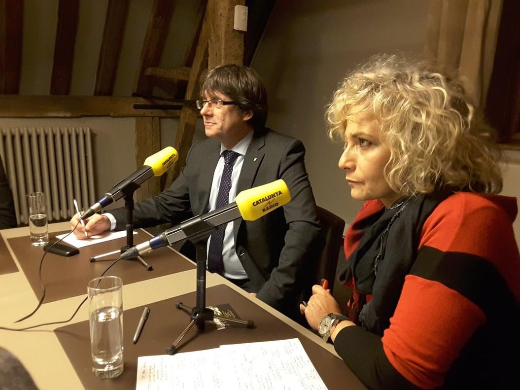 Puigdemont, junto a Mónica Terribas, en Bruselas, hace unos meses.