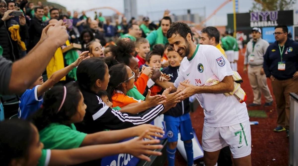 Raúl, en un acto con niños durante un partido con el Cosmos del 2015.