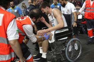 Ognjen Kuzmic abandona la cancha en silla de ruedas tras lesionarse.