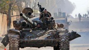 Rebeldes sirios apoyados por Turquía en la ciudad de Saraqib.