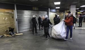 Redada de la Guardia Urbana contra los manteros en la estación de metro de plaza de Catalunya.