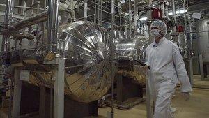Un responsable de seguridad inspecciona las instalaciones de una central nuclear iraní.