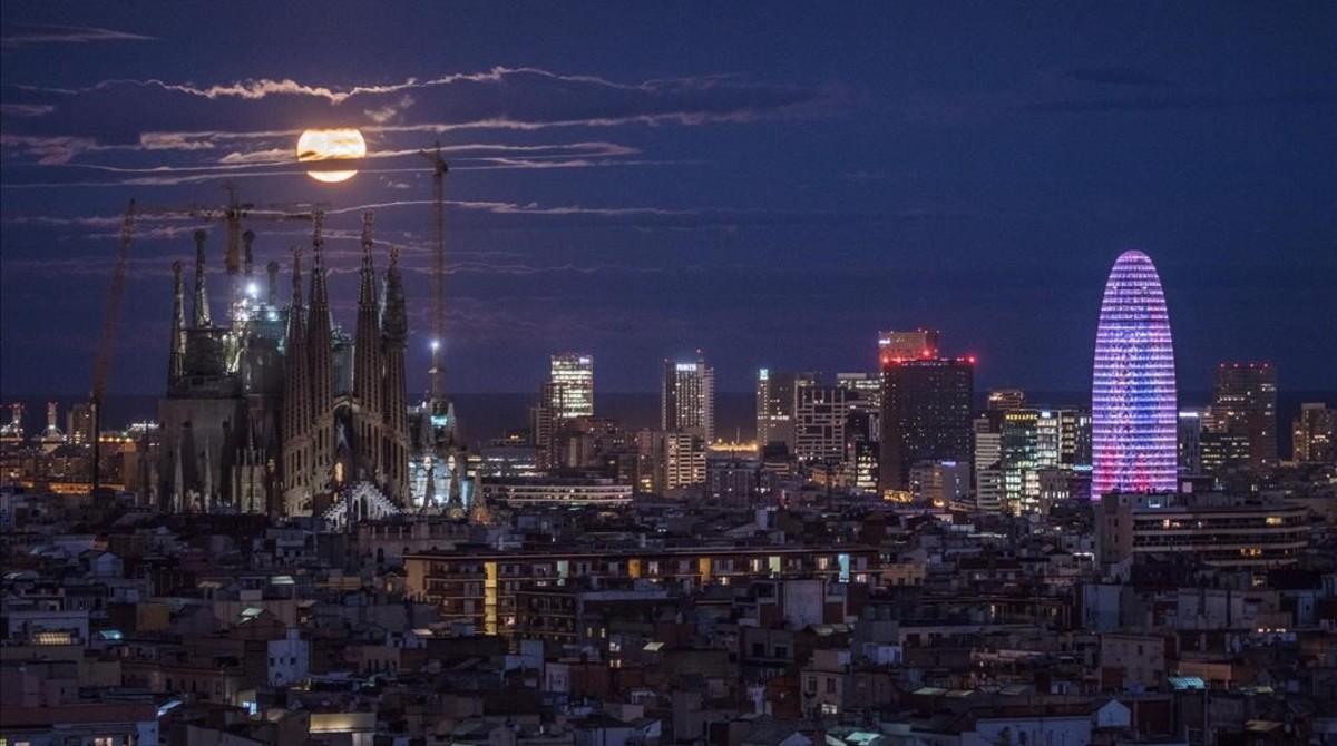 La Superluna vista entre las torres de la Sagrada Família y la torreAgbar de Barcelona, en noviembre del 2016.