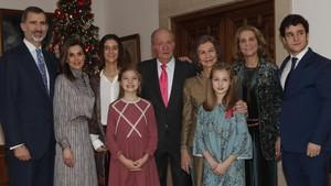 El rey Juan Carlos, con su familia excepto la infanta Cristina, en una sala de la Zarzuela.