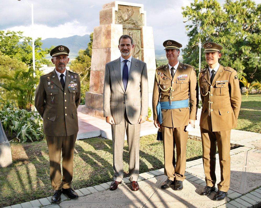 El Rey posa junto a militares en la Loma de San Juan, donde ha rendido homenaje a los soldados españoles fallecidos durante la guerra de Cuba.