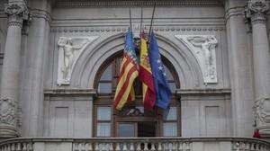Las banderas a media asta en el ayuntamiento de Valencia.