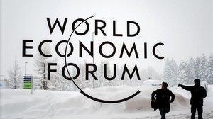 Un guardia de seguridad muestra a un hombre el acceso al centro de congresos donde se celebra el Foro Económico Mundial, en Davos.