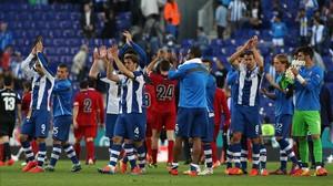 Los jugadores del Espanyol y de Osasuna aplauden a sus aficiones después del empate a uno que se produjo el 11 de mayo del 2014 en el estadiode Cornellà-El Prat.