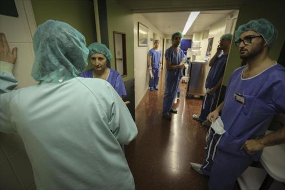 Sanitarios en un descanso en la zona de quirófanos del Hospital Clínic.