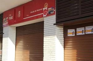 Carteles en la fachada de la sede del PSOE en Alcalá de Henares.
