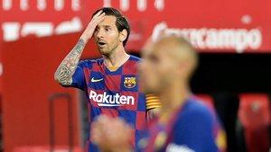 Leo Messi se lamenta en el Sánchez Pizjuán.