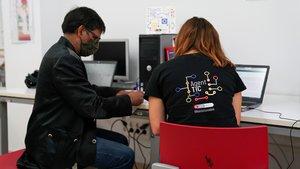 Sesión de un ciudadano con una agente TIC.