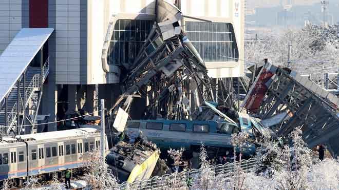 Siete muertos en un accidente de un tren de alta velocidad en Turquía.