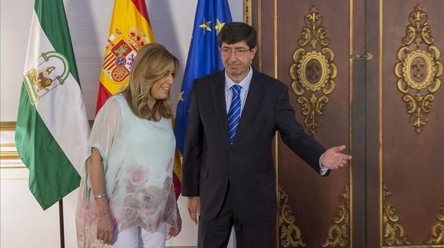La socialista Susana Díaz y el líder de Ciudadanos en Andalucía, Juan Marín, tras rubricar el pacto que garantiza la investidura.