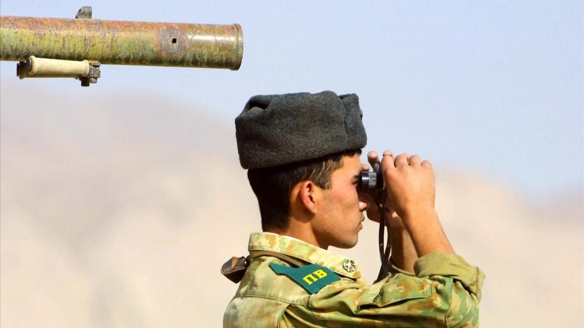 Un soldado ruso vigila la frontera en Kupletin, Tayikistan