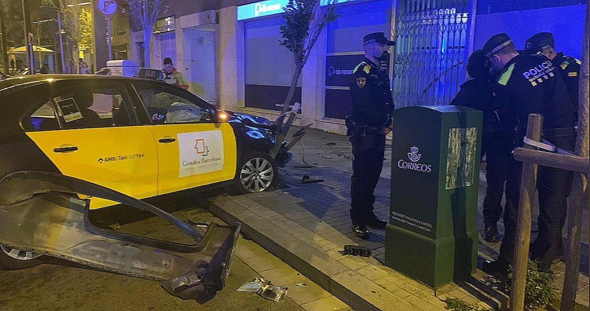 Detenido por robar un taxi a punta de navaja y estrellarlo contra un árbol en Barcelona