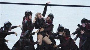 Taylor Swift, durante una actuación de la gira Reputation.