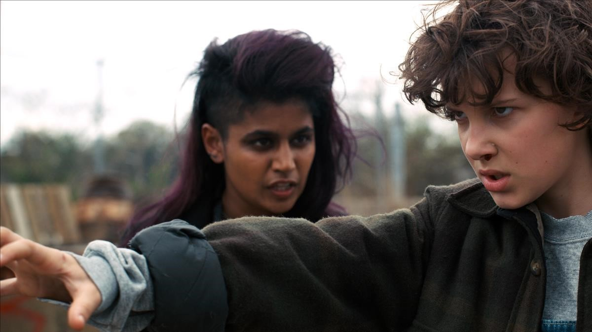 La acriz Linnea Berthelsen, conMillie Bobby Brown (a la derecha), en la segunda temporada de la serie de la plataforma Netflix Stranger Things.