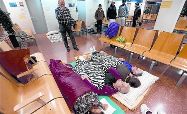 Vecinos de Rocafonda Mataró duermiendoen el CAP Rocafonda durante las protestas de hace 3 años