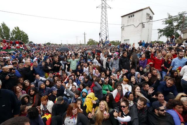 Los anti-taurinos se han concentrado para protestar contra la celebración del Toro de la Vega.