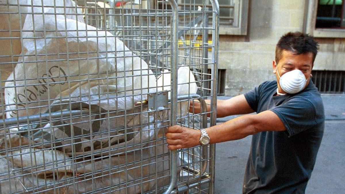 Un trabajador en Barcelona realizando tareas con riesgo de toxicidad.