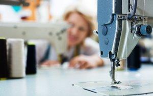 Un trabajadora del sector téxtil.