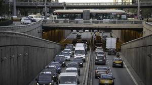 Tráfico intenso en la Gran Via de Barcelona.