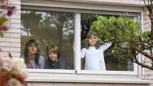 Tres hermanos confinados, dentro de su casa, en Igualada.
