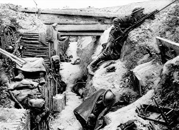 Tropes exhaustes en una trinxera enemiga capturada a Ovillers,durant la batalla del Somme, el 1916, tal com ho va conèixer Tolkien.