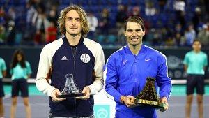 Tsitsipas y Nadal posan con los trofeos tras la final.
