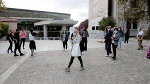 Turistas paseando por la acrópolis griega.