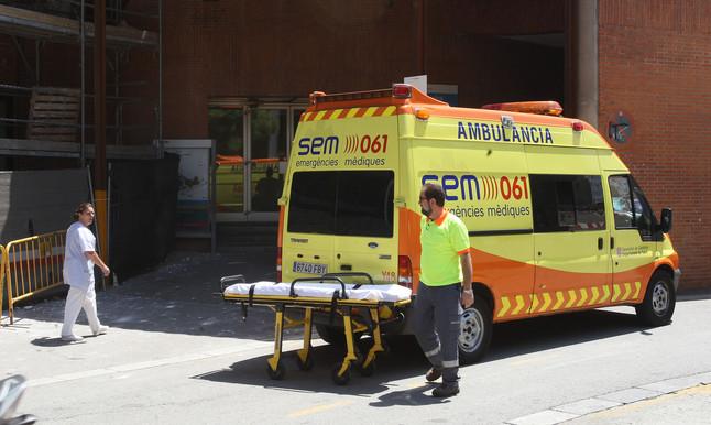 Una ambulància, a las puertas delHospital Vall dHebron.
