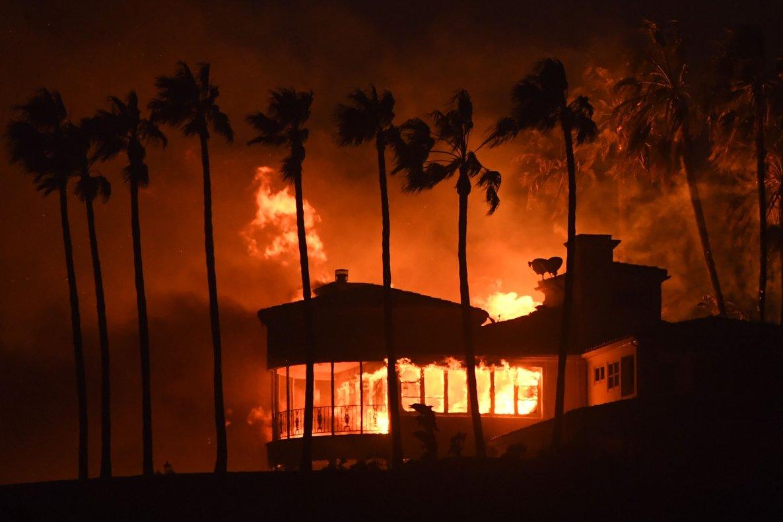 Una casa ardiendo en Malibú, California.