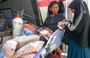 Una mujer atiende a su marido, herido en el terremoto de Lombok, en el hospital de Mataram.
