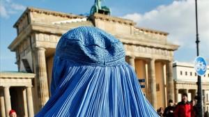 Una mujer con burka durante una manifestación contra el despliegue de tropas en Afganistán, en Berlín, en el 2010.