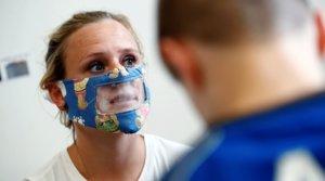 Una profesora utiliza una mascarilla transparente para comunicarse con sus alumnos sordos, en Bruselas, el pasado 4 de mayo.