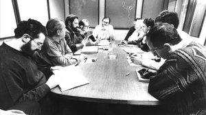El autor de este artículo, a la izquierda, en primertérmino, en un consejo de redacción, en enero de 1991.