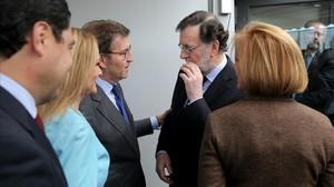 Mariano Rajoy, con Alberto Núñez Feijóo, Cristina Cifuentes, Juan Manuel Moreno y María Dolores de Cospedal (de espaldas), este mediodía, en Génova, antes de la foto de familia.