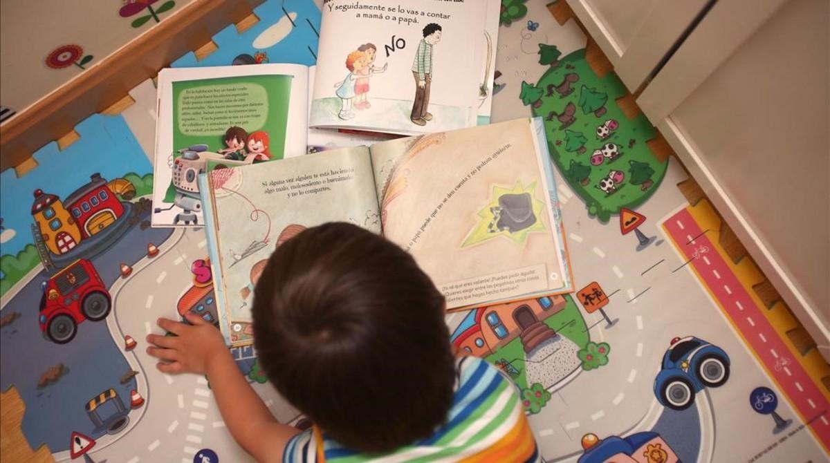 Un niño lee cuentos destinados a coincienciar a niños y adultos sobre los abusos sexuales.