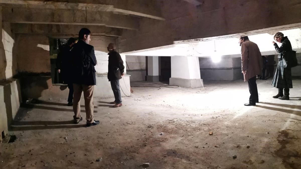 En marzo de 2019, un grupo de familiares de republicanos enterrados en Cuelgamuros obtuvo permiso de Patrimonio Nacional para acceder al tercer nivel de una de las criptas de la basílica del Valle de los Caídos. En la imagen, familiares en el interior.