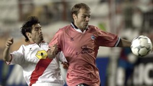 El atacante del Alavés Iván Tomic (d) controla un balón ante el rayistaGerhard Poschner en cuartos de final de la Copa de la UEFA 2000-2001.