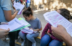 Unos jóvenes en una pausa de los exámenes de Selectividad del 2019.